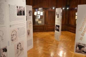 S pričujočo razstavo obeležuje Slovenski gledališki muzej 60-letnico svojega obstoja, posveča pa jo svojemu utemeljitelju, teatrologu Dušanu Moravcu. Razstava poskuša pokazati množico vlog Dušana Moravca v slovenskem gledališču